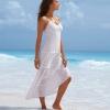 в белом платье стоя