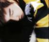 Yunho spí v pruhovaném svetru