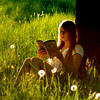 чтение под деревом