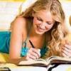 смеется и пишет в дневник