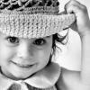 девчушка в шляпе