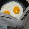 глазунья яйцо газета