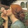 викторианская девушка нюхает цветок