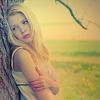 девка у дерева
