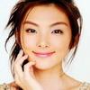 Азиатка мило улыбается