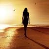 девушка идет по берегу моря