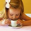 Девочка чай пьет