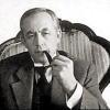 ч/б Холмс с трубкой в кресле ХХ век