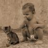малыш и котенок