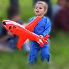 Пацан юный любитель авиации самолет