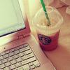 飲み物: starbucks coffe + laptop